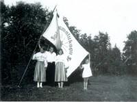 Saksi raamatukogu seltsi lipp ja esimene raamatukoguhoidja Hugo Vainjärv (1930ndad).