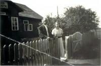 Siin, Saksi vallamajas, asus algselt ka Saksi raamatukogu. Pildil vallavanem ja vallasekretär (1930. algusaastad).