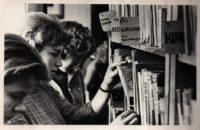 Põllutöökooli õpilased vahetunnis raamatuid sirvimas