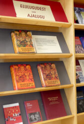 """Raamatunäitus """"Elulugudest saab ajalugu"""""""